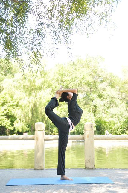 在瑜伽联系中,怎么预防运动伤害及纠正姿势