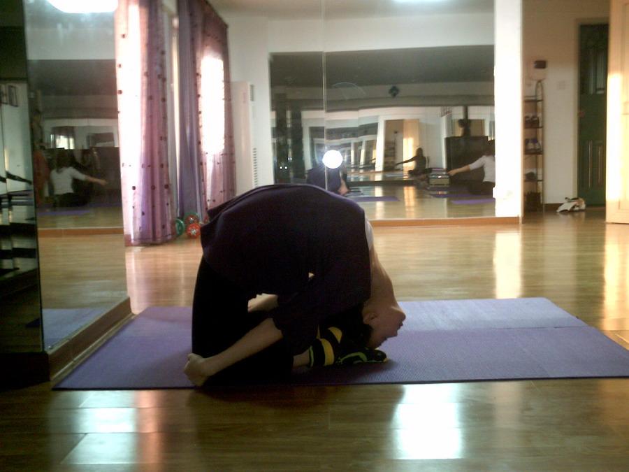 办公室该怎么练瑜伽缓解腰酸背疼