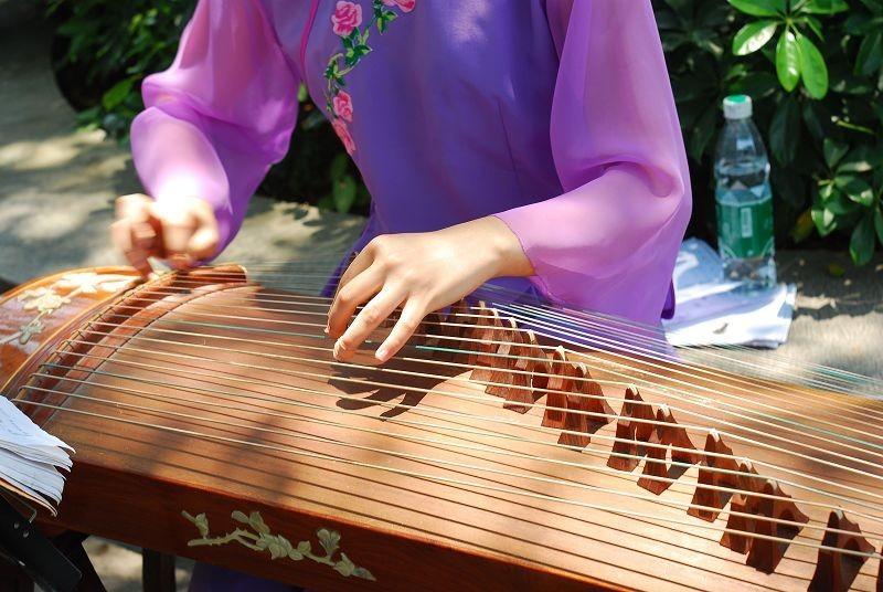 我看电视剧里弹古筝真美啊也想学最近参加了一个班古筝有什么调弦的技巧