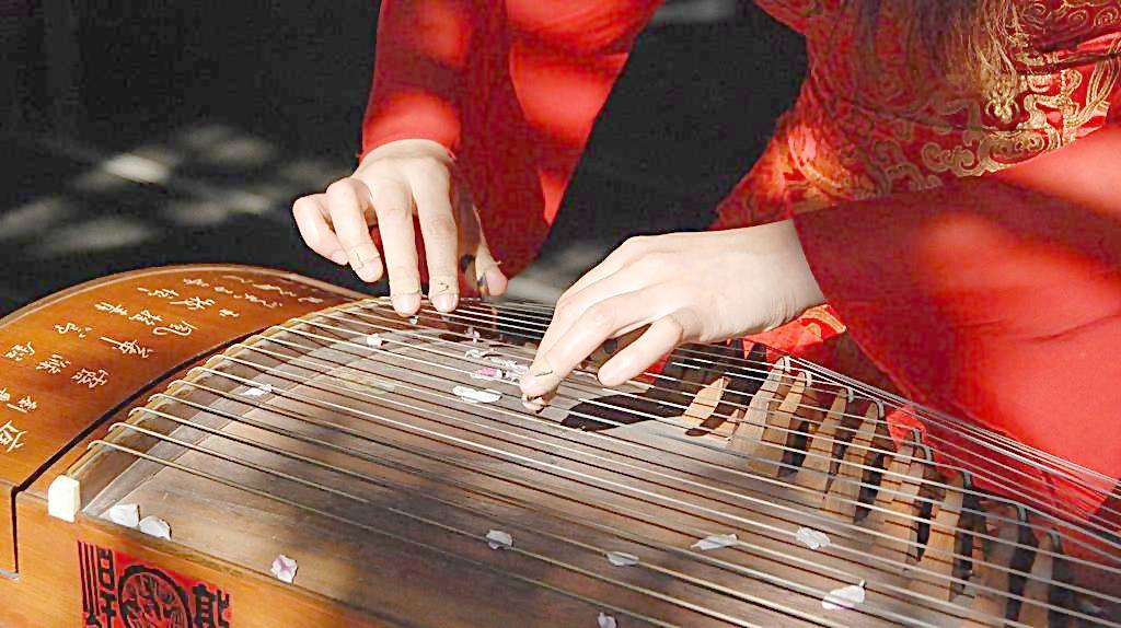 正在参加古筝培训在弹奏时应注意什么技巧
